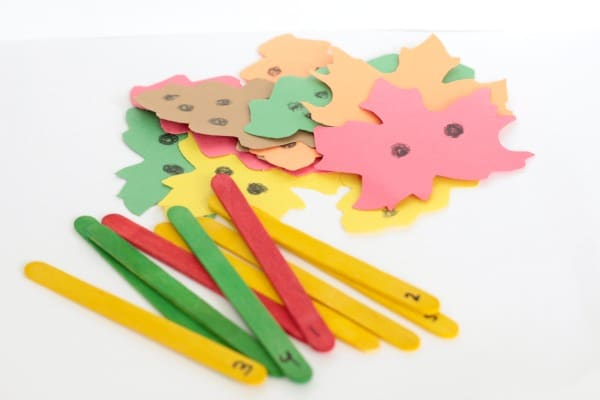 This fall leaves number match game is the perfect math center activity for fall. This hands-on preschool math activity is perfect for the classroom or home!